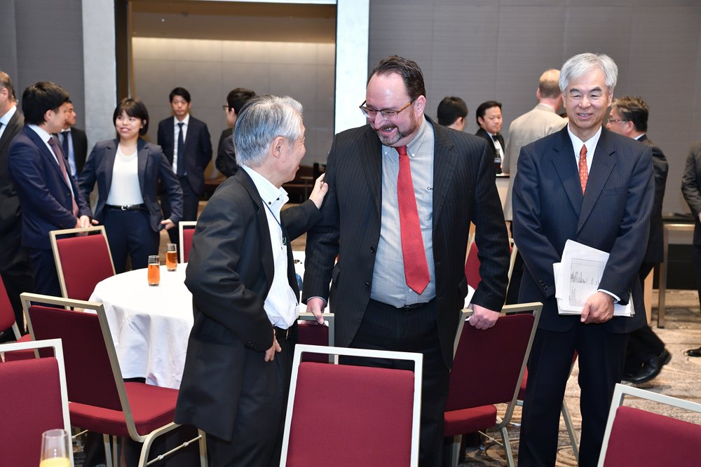 Cam Dahl (centre), Cereals Canada president, shares a joke with Yasuo Sasaki (left), executive director of the Japanese Flour Millers Association at a recent new crop mission to Tokyo.