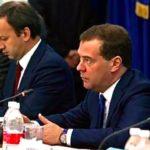 Deputy Prime Minister Arkady Dvorkovich (l) and Prime Minister Dmitry Medvedev. (Government.ru)