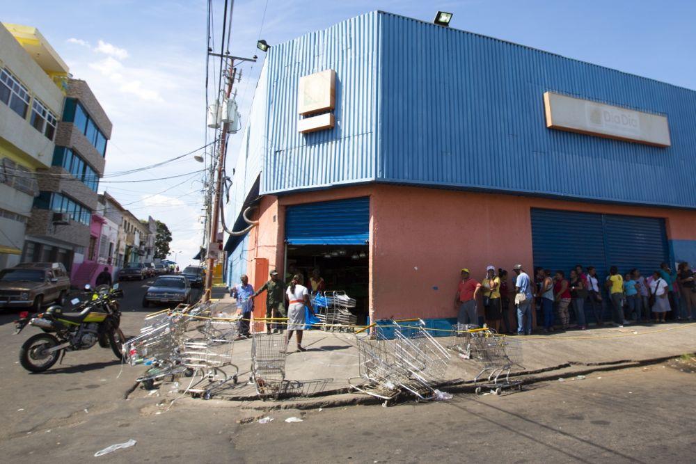 People queue up outside a public supermarket's doors in Ciudad Bolivar, Venezuela, in April 2015. (iStock/Getty Images)