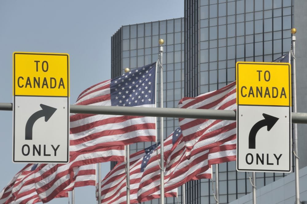 Canada/U.S. border signage in downtown Detroit. (RiverNorthPhotography/Getty Images)