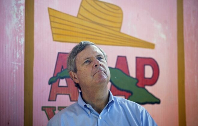 Tom Vilsack speaks to farmers at a rural agricultural co-operative at Guira de Melena in Cuba on Nov. 13, 2015. (Photo: Reuters/Alexandre Meneghini)